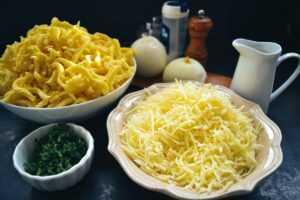 Spätzle, geriebener Käse, Zwiebeln und Gewürze