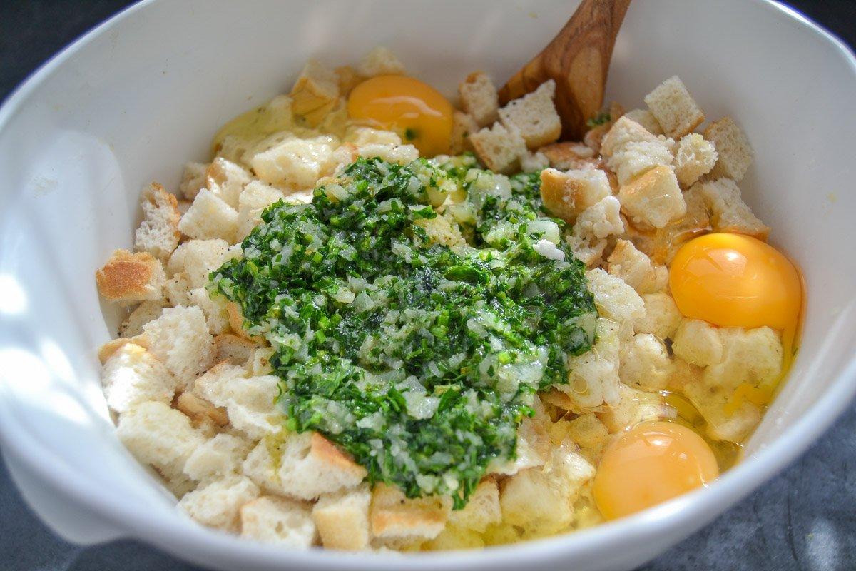 in Milch eingeweichte Semmel Würfel mit Petersilie, Eier und Zwiebel vermengen