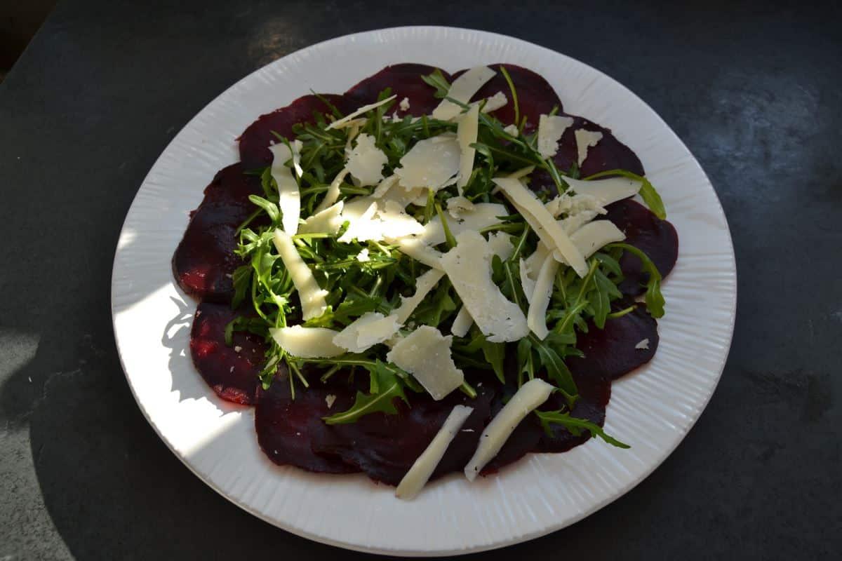rote Bete Carpaccccio mit Rucola und Parmesan