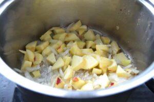 Apfel und Zwiebelwürfel dünsten