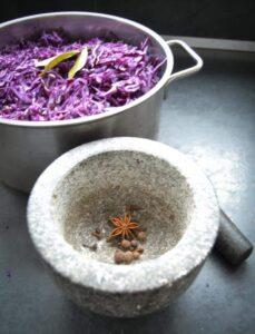Piment. Nelke , Sternanis, Zimbblüte im Mörser