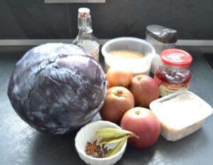 Rotkohl, Zwiebel, Äpfel,Gewürze und Schmalz