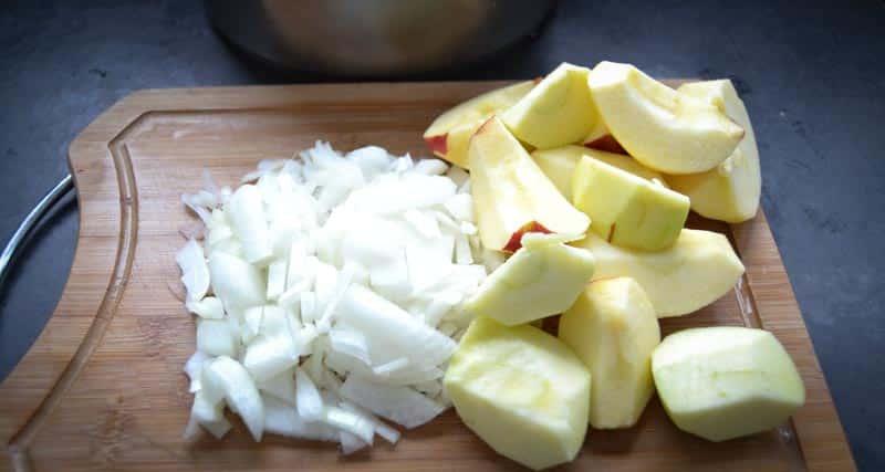 geschälte und gewürfelte Zwiebeln und Äpfel
