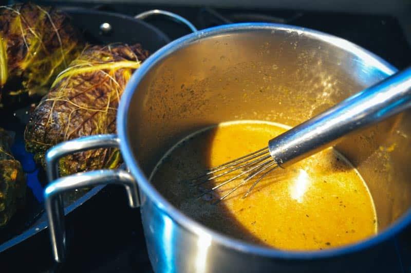 Sauce kochen für Schweinefilet im Wirsingmantel