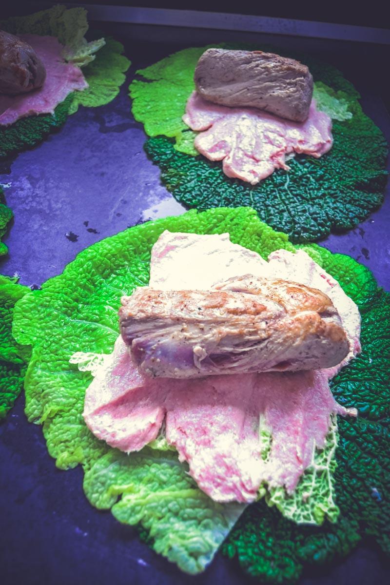 Wirsingblätter mit Kalbsbrät und Schweinefilet
