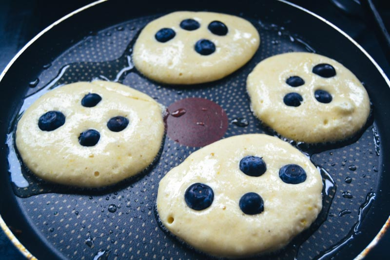 Blaubeer Pancakes braten