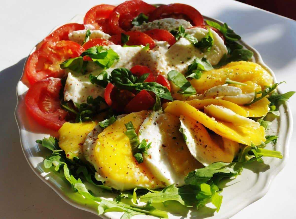 Tomate Mango und Büffelmozzarella Caprese