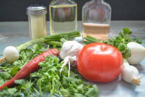 Zutaten Koriander Sauce, Tomaten, Lauchzwiebel Knoblauch, Essig und Öl