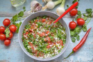 Kolumbianische Koriander Sauce mit Tomate, Lauchzwiebel und Chili für Steaks