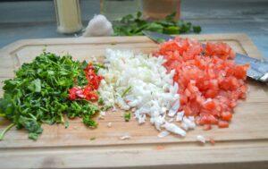 Koriander Tomaten, Lauchzwiebel Knoblauch klein gewürfelt für Steaksauce