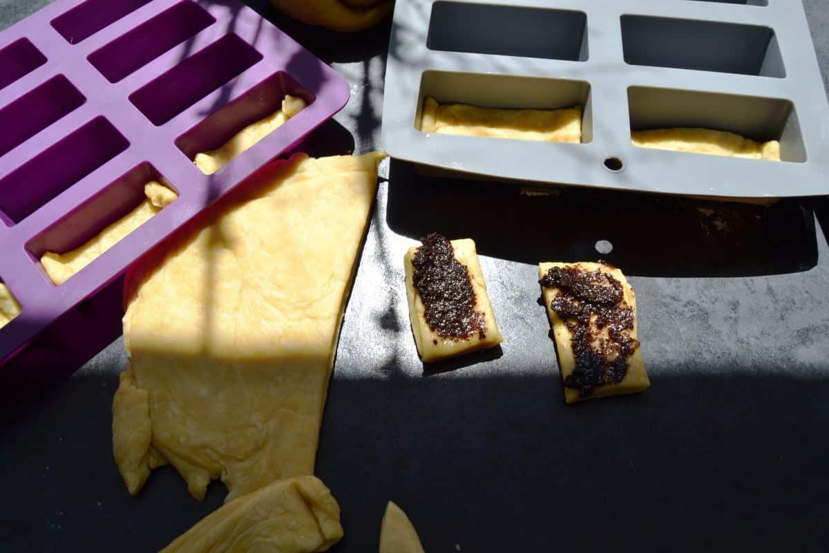 Hefeteig Streifen mit Oliven Tapenade bestreichen kochen