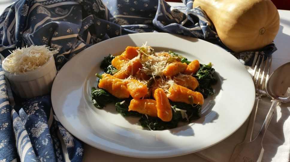 Kürbis Gnocchi mit Parmesan auf Blattspinat kochen aus liebe