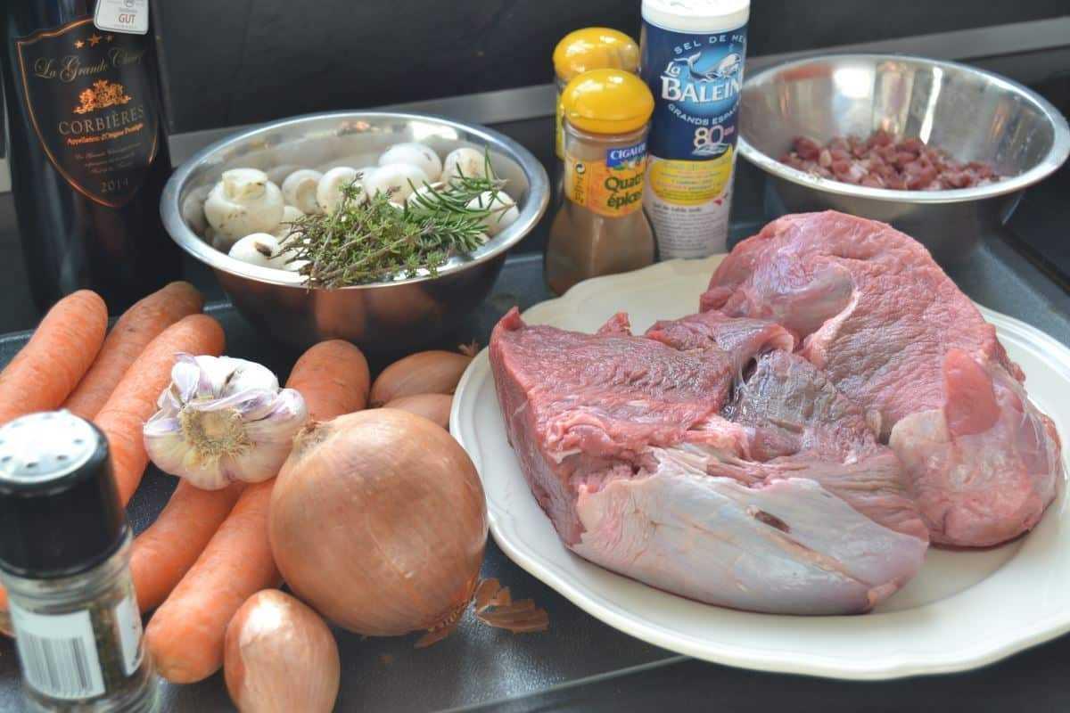 Rindfleisch, Möhren, Zwiebel, Kräuter, Rotwein für Zutaten Zutaten geschmortes Rindfleisch in Rotwein Boeuf bourguignon
