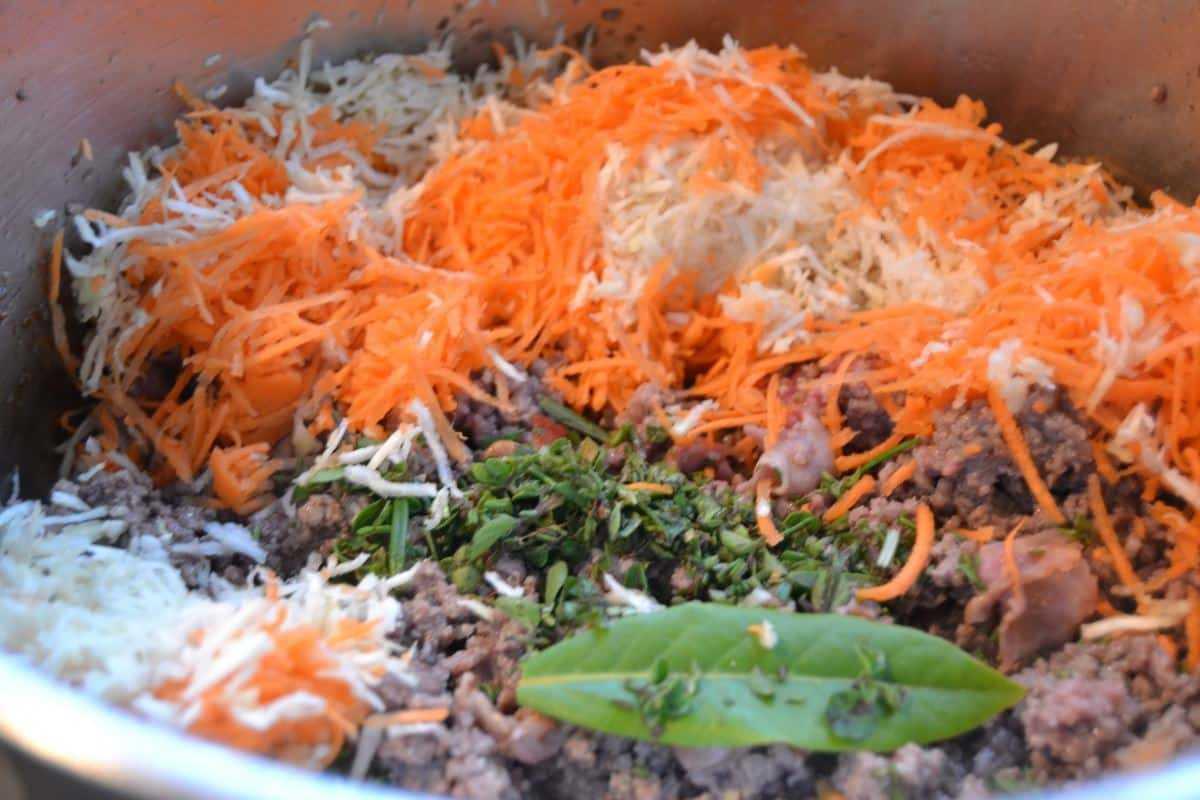 Bolognese ragu mit Karotte , Sellerie, Kräutern , Pancetta