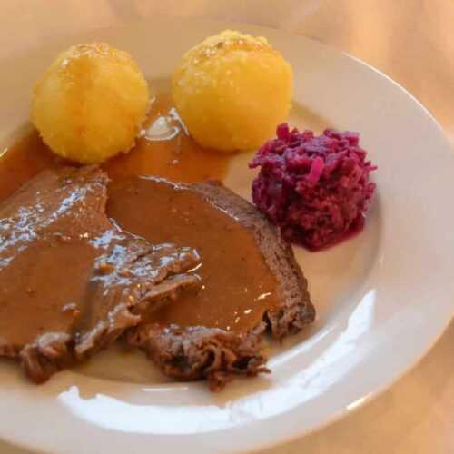 Sauerbraten westfälisch mit Rotkohl und Klössen