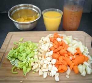 gewürfelte Möhren, Zwiebel, Lauch, Orangensaft und Entenfond