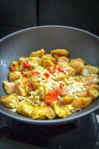 Hühnchen mit Ingwer und Chili anbraten