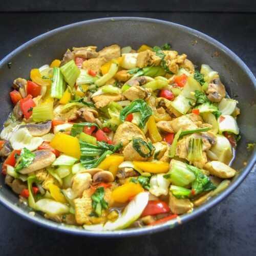Asiatische Gemüsepfanne mit Huhn