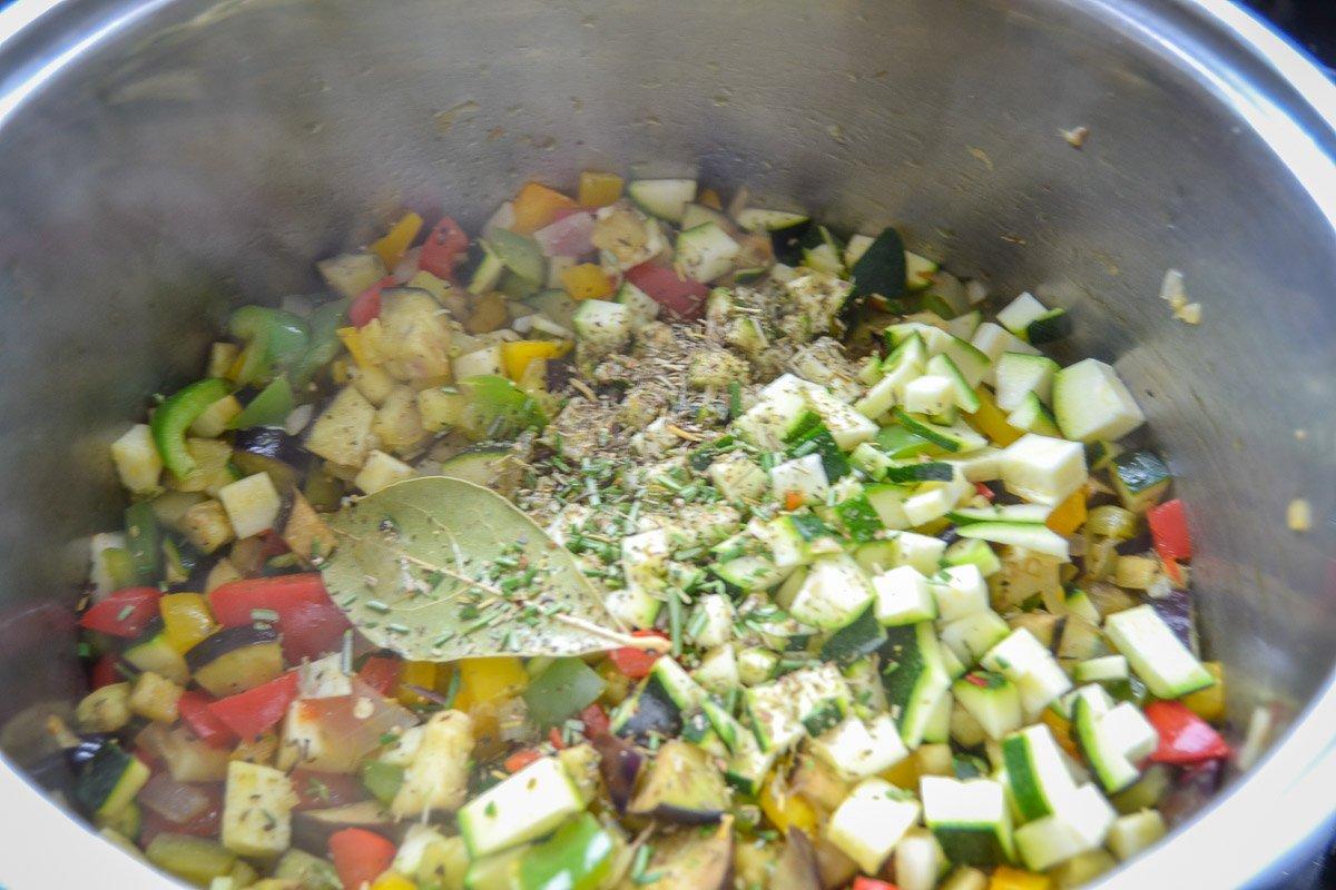 gewürfelte Paprika, Aubergine, Tomate Zwiebel und Zucchini anbraten