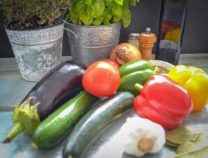 Zutaten original französisches Gemüse mit Paprika, Aubergine, Tomate Zwiebel und Zucchini