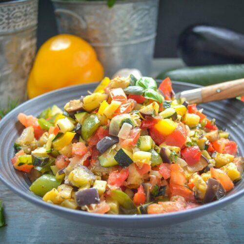 original französisches Ratatouille Gemüse mit Paprika, Aubergine, Tomate Zwiebel und Zucchini