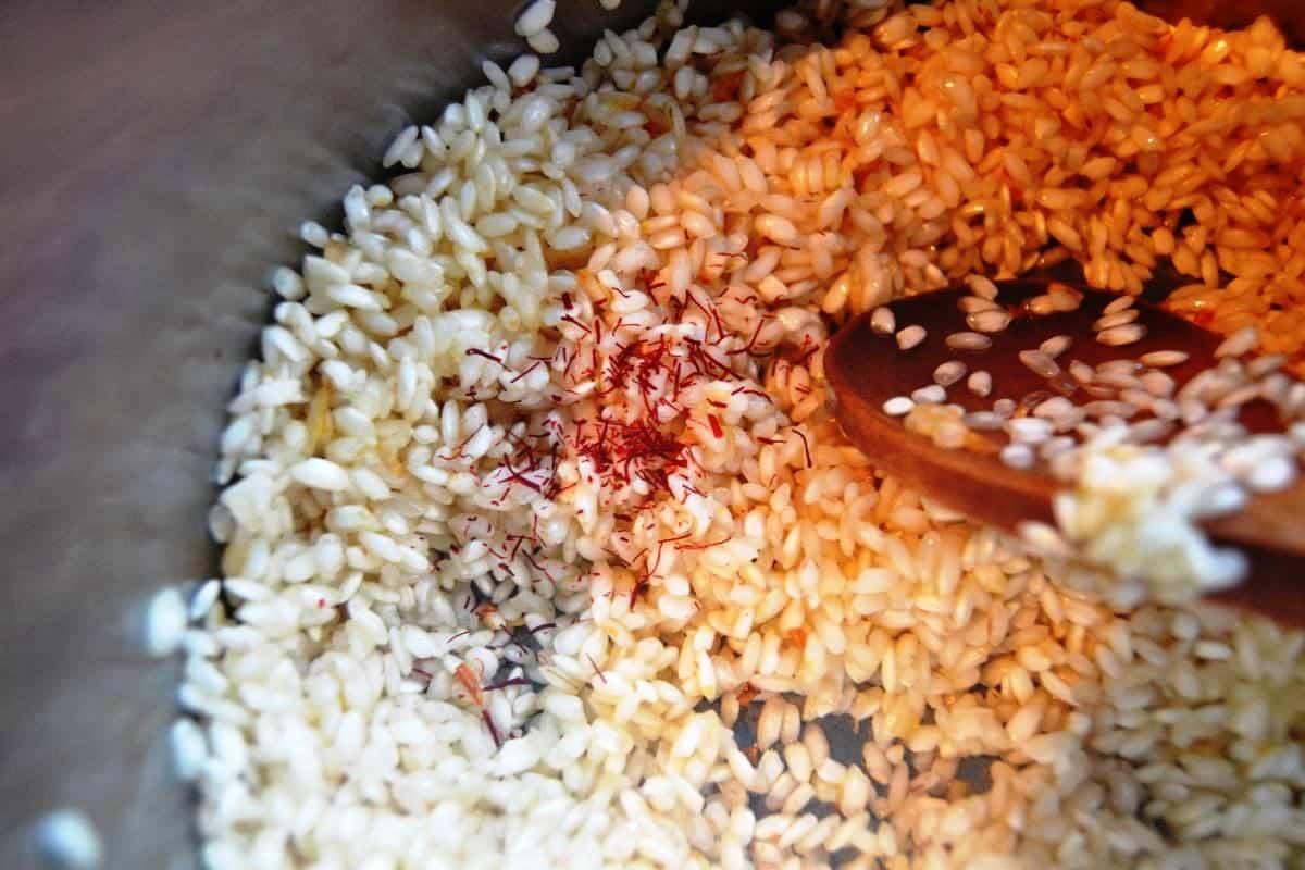 Schalotten , Safran und Reis andünsten