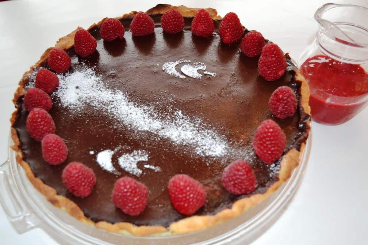 tarte-au-chocolat-schokolade mit Himbeersoße