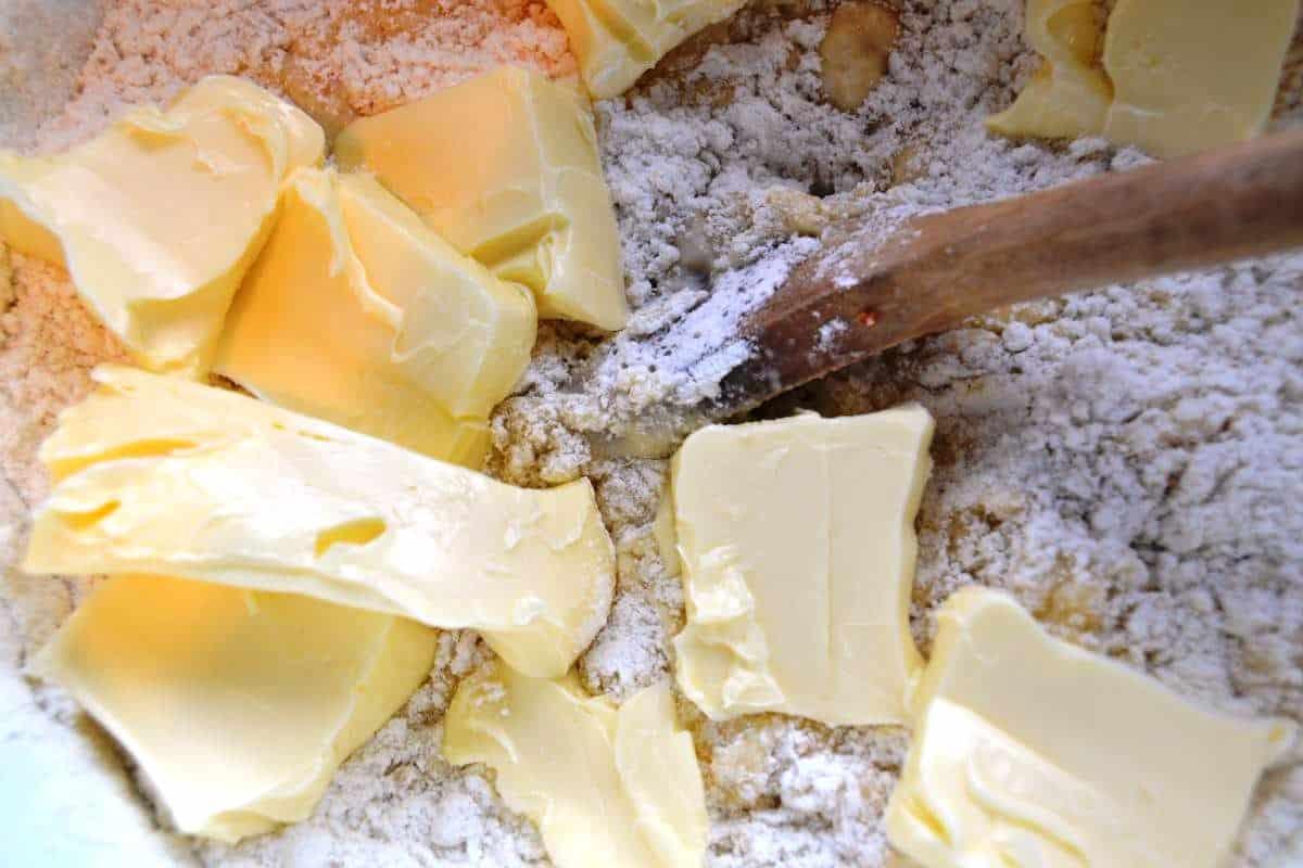 Teig Mehl, Hefe , Zucker ,Milch , Eier und Butter