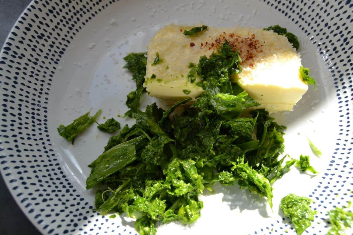 Butter , pürierter Bärlauch ,Salz , piment d'espelette