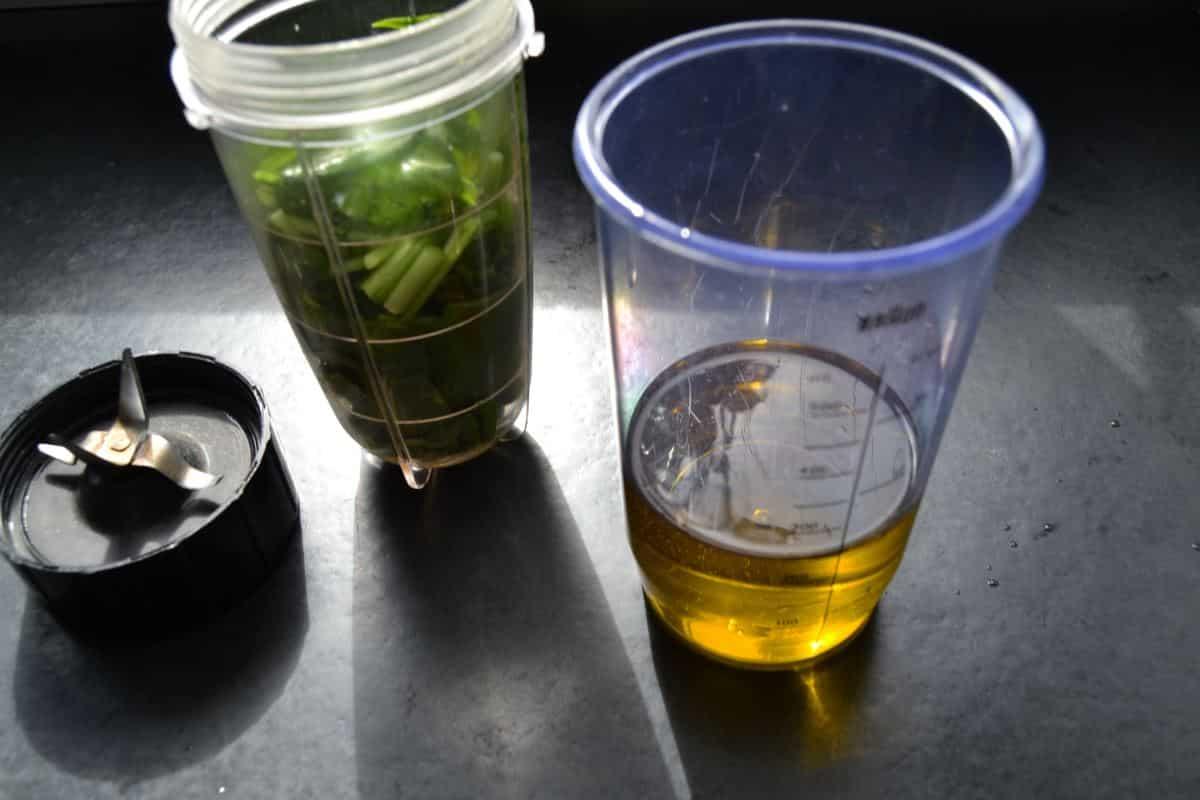 Bärlauch und Öl mixen