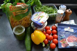 Zutaten Nudeln , Mozzarella , Tomaten , Pesto , Gurke , Paprika