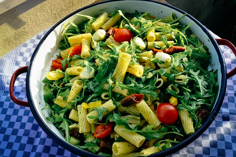 italienischer Nudelsalat -mediterraner Nudelsalat mit Rucola , Tomate, Mozzarella