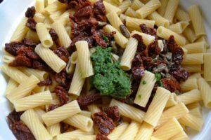 gekochte Nudeln , getrocknete Tomaten , Oliven, Pesto