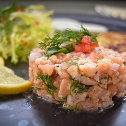 Lachtatar mit Rösti und Salat