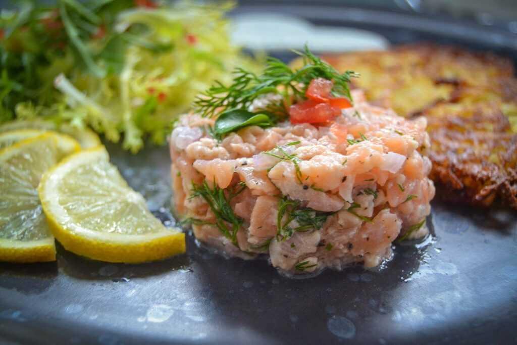 Lachstatar mit Rösti und Frisee Salat