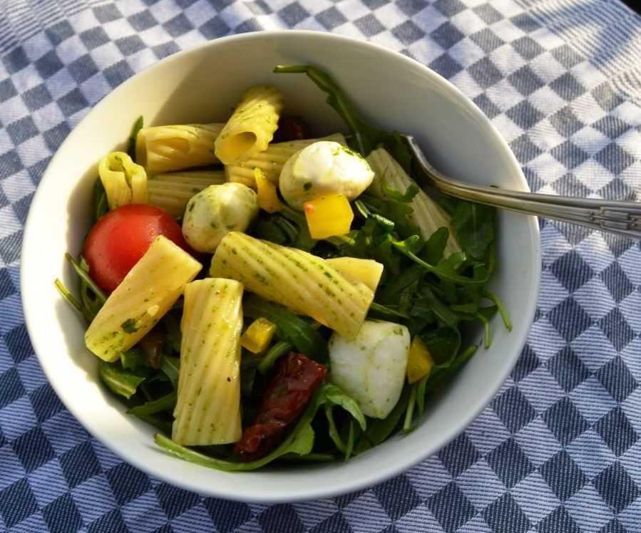 Mediterraner Nudelsalat mit Rucola - Kochen aus Liebe