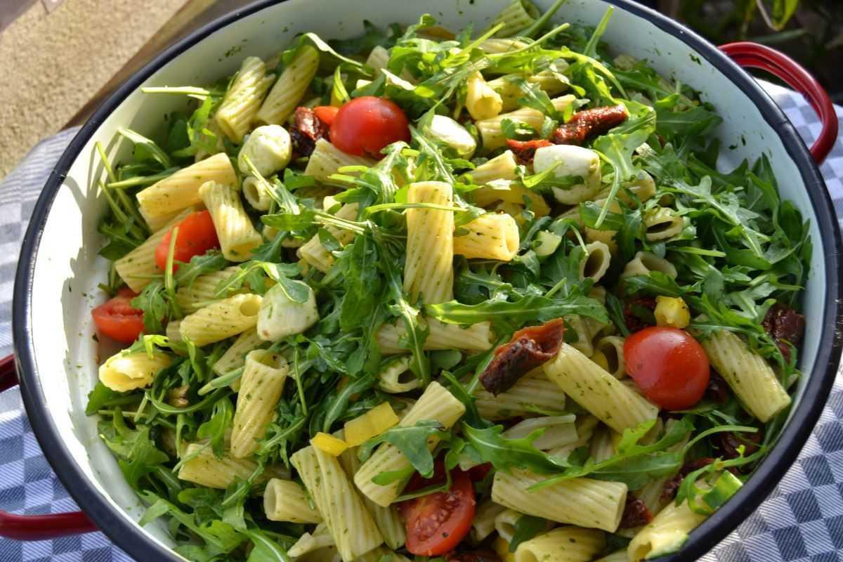 Italienischer Nudelsalat mit Rucola