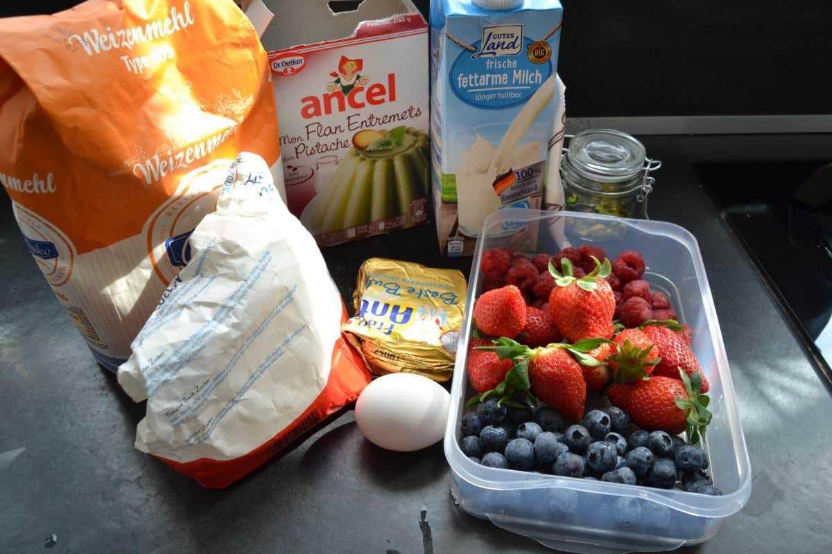 Zutaten Mehl , Zucker , Ei , Milch , Butter , Puddingpulver , Beeren