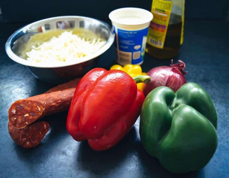 rote und grüne Paprikaschoten Chorizo , Käse ,Creme Fraiche