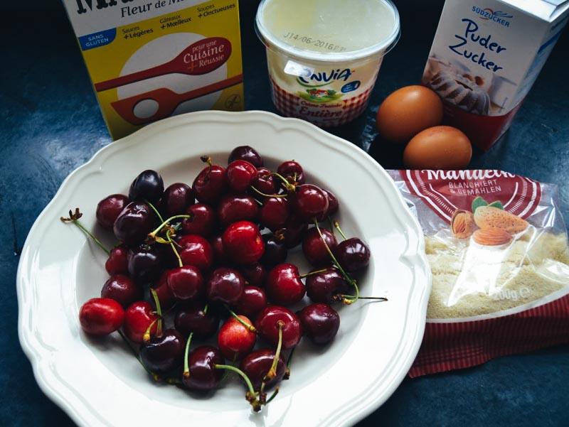 Kirschen ,Mandeln , Creme fraiche ,Puderzucker , Eier