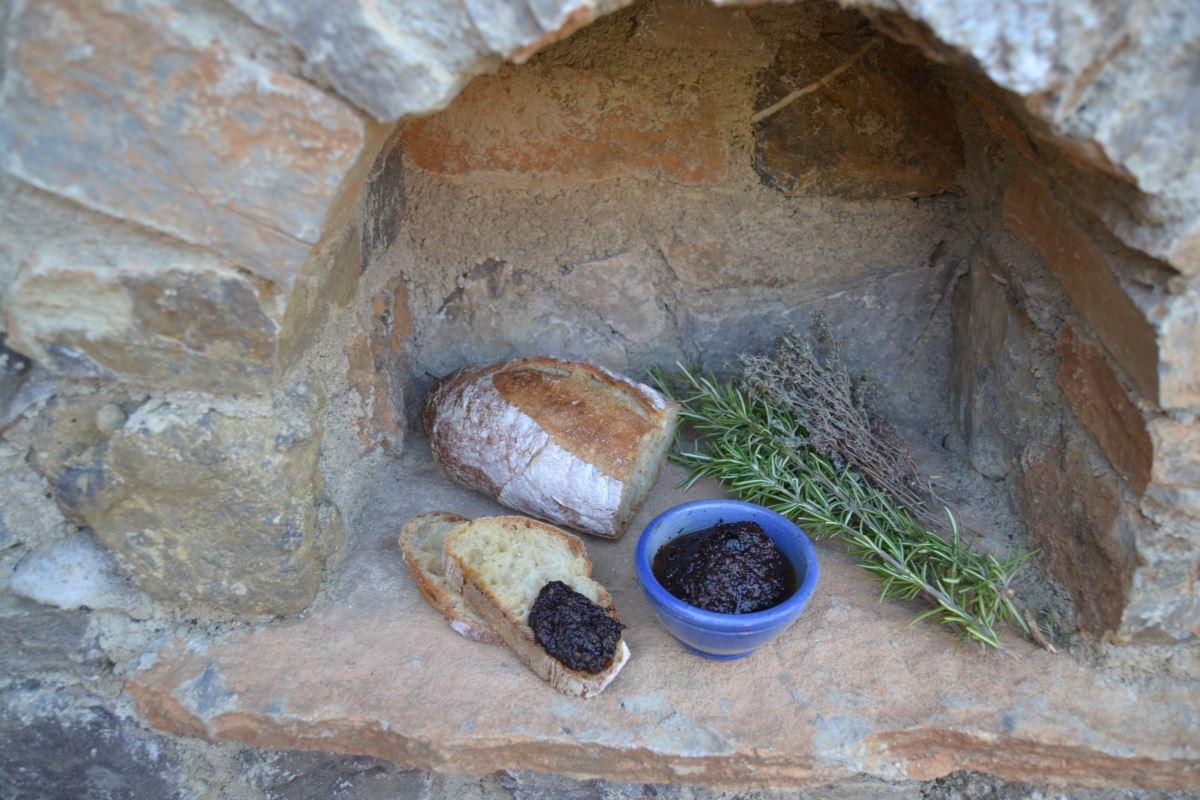 Oliven Tapenade Rezept schwarzes Oliven Pesto , Brot Rosmarin