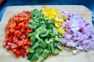 rote, gelbe , grüne gewürfelte Paprika und Zwiebel