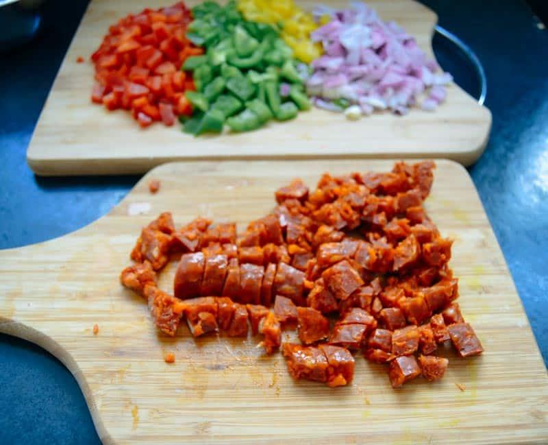 Chorizo rote, gelbe , grüne gewürfelte Paprika und Zwiebel