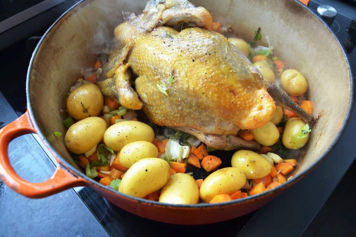 Perlhuhn mit Kartoffeln und Möhren anbraten