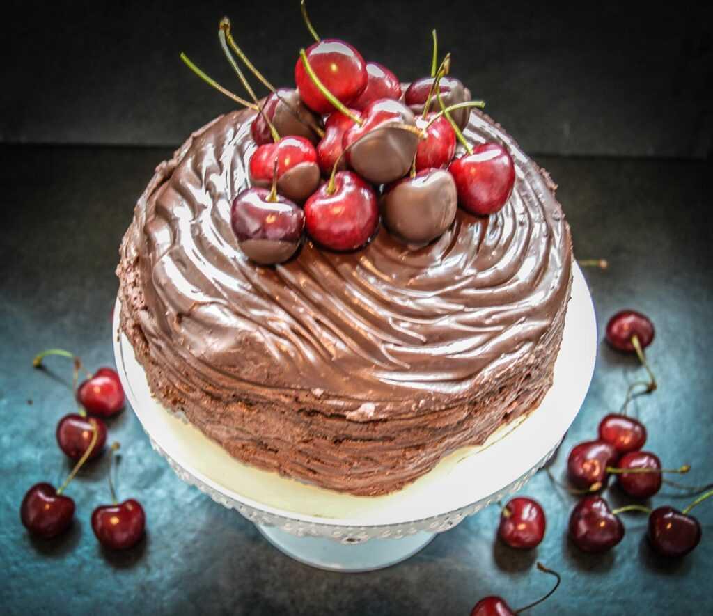 Mousse au Chocolat Torte mit Kirschen