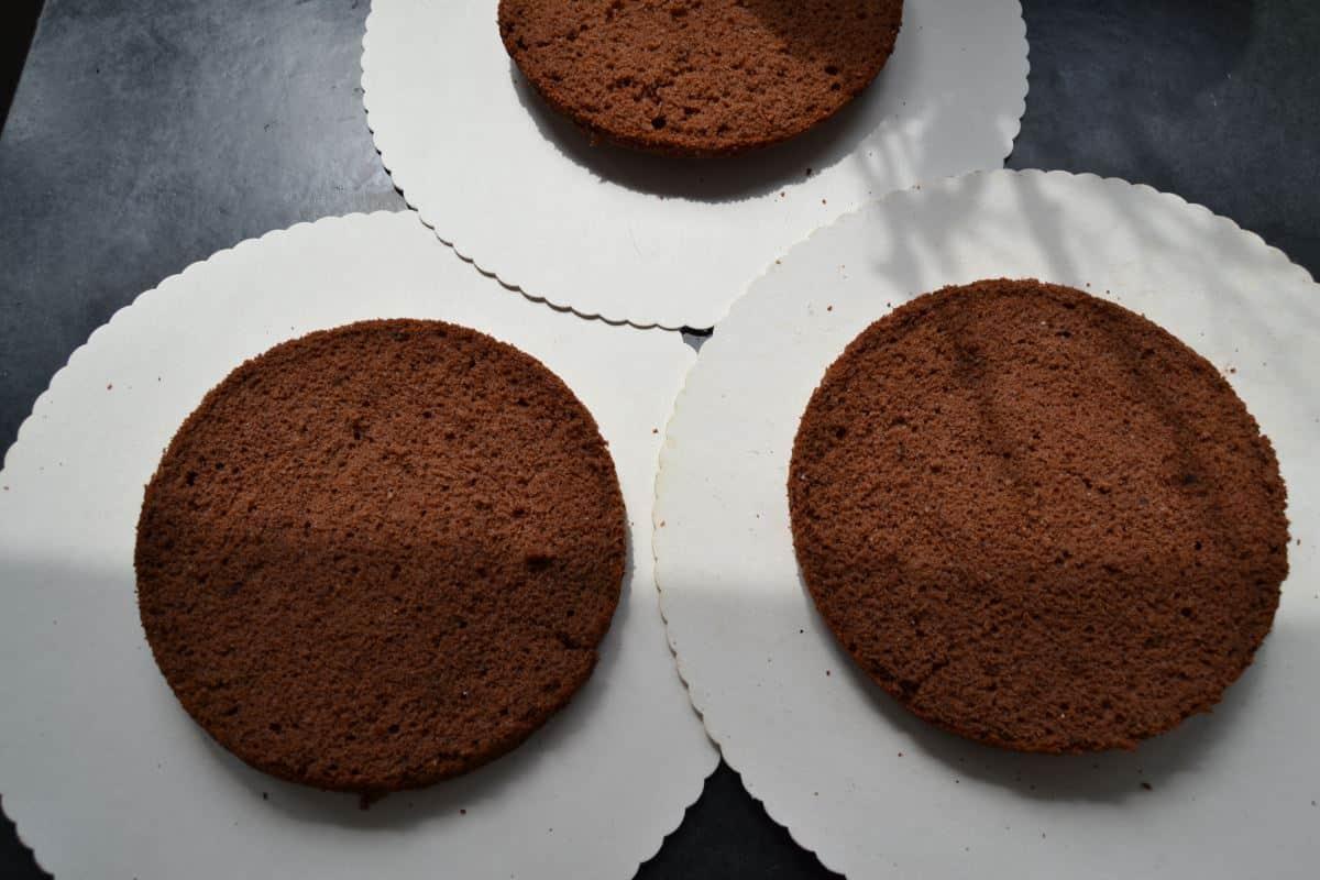 Schokoladen-biskuit schneiden