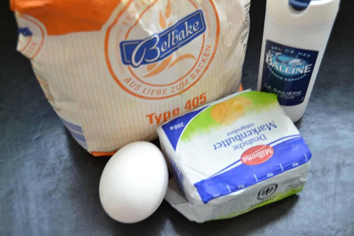 Mehl, Butter , Ei und Salz