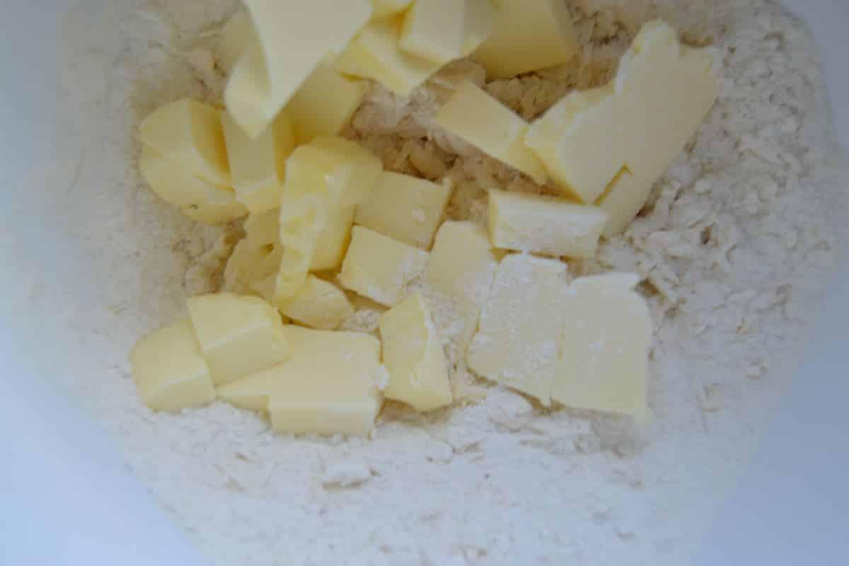 Mehl, Parmesan, Ei und Salz , Butter