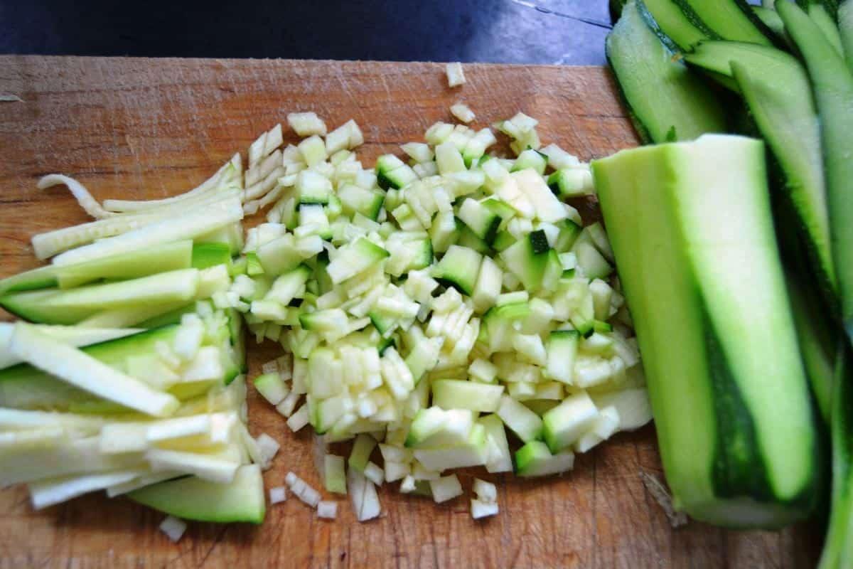 gehackte Zucchini Würfel und Streifen