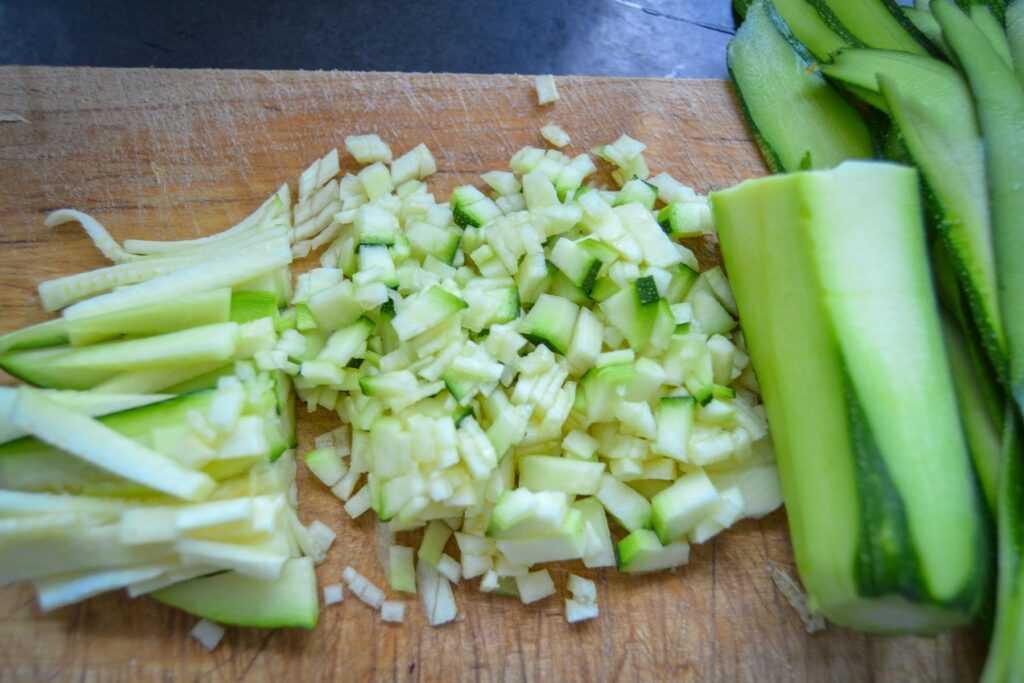 Zucchini in kleine Würfel schneiden